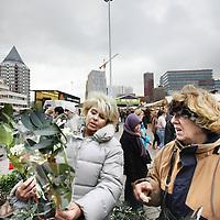Nederland, Rotterdam , 11 december 2010..Bloemenverkoopster op de zaterdag markt in het centrum van rotterdam..Flower and plant saleswoman at the saturday market in Rotterdam center.