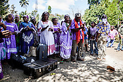Lorsque la femme quitte les siens elle emporte une valise contenant une grande part d'argent ainsi que ses effets personnels et des robes missions qui lui ont été offertes.  - Mariage Kanak  - Tribu de Méhoué, Canala – Nouvelle Calédonie – Septembre 2013