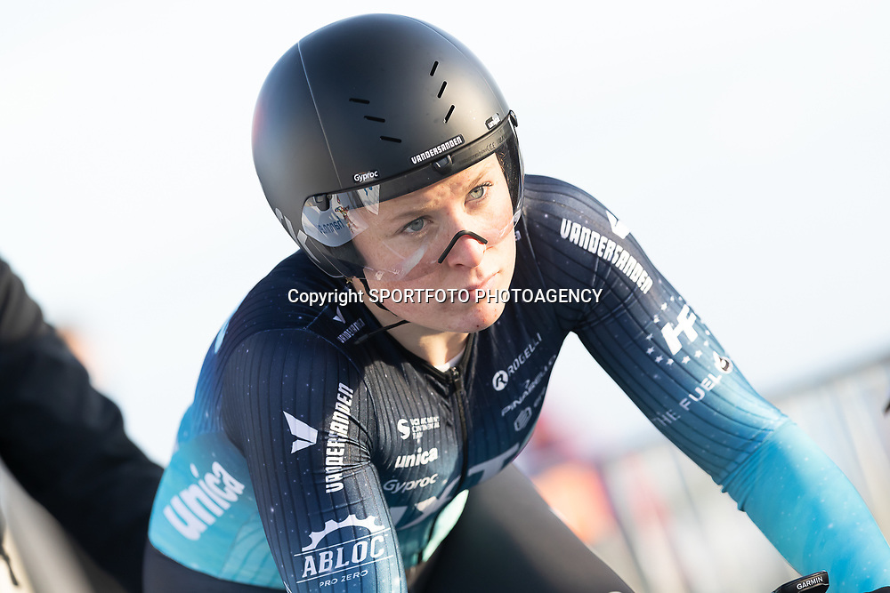 11-03-2021: Wielrennen: Healthy Ageing Tour: Lauwersoog. <br />Charlotte Kool