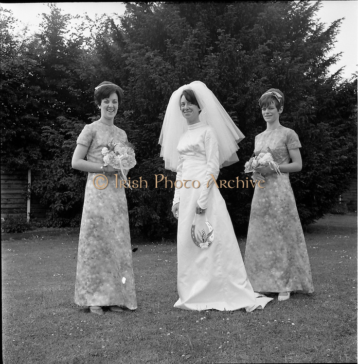 05/07/1967<br /> 07/05/1967<br /> 05 July 1967<br /> Wedding of George Walsh, eldest son of Mr and Ms Kevin G. Walsh, St. Rita's, Firhouse Road, Templeogue, Co. Dublin and Miss Arlene McMahon, elder daughter of Det. Chief Supt. Philip McMahon, Head of Special Branch, Dublin Castle and Mrs McMahon of Lisieux, Templeville Park, Templeogue, Co. Dublin who were married at the Carmelite Church, Terenure College, Dublin. An Taoiseach Mr Jack Lynch and Mrs Lynch; Mr Liam Cosgrave, leader Fine Gael and Mrs Cosgrave were among the 120 guests. Rev Fr H.E. Wright, O. Carm., Moate, officiated at the ceremony. The reception was held at Downshire Hotel, Blessington, Co. Wicklow. Bride and bridesmaids in the hotel garden.
