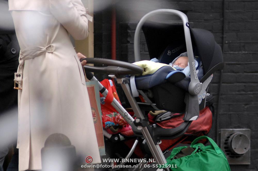 NLD/Laren/20070329 - Tooske Ragas - Breugem met dochter Leentje in de kinderwagen wandelend in Laren