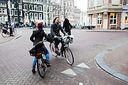 In Amsterdam komen fietsers bijna met elkaar in botsing op de Kloveniersburgwal.<br /> <br /> In Amsterdam cyclists almost hit each other at the Kloveniersburgwal.