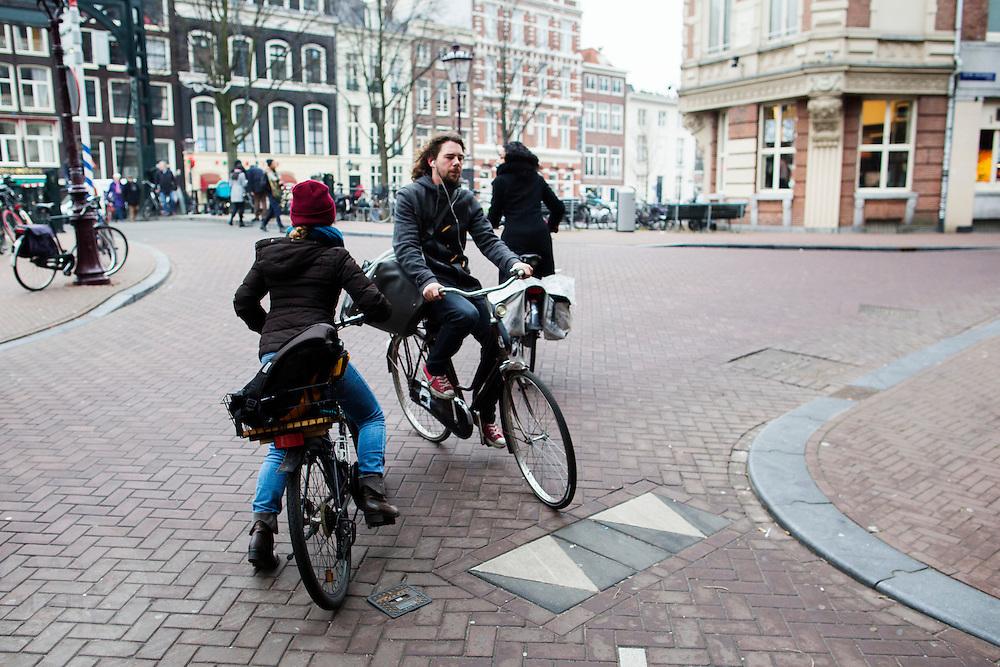 In Amsterdam komen fietsers bijna met elkaar in botsing op de Kloveniersburgwal.<br /> <br /> In Amsterdam cyclists almost hit each other at the Kloveniersburgwal.
