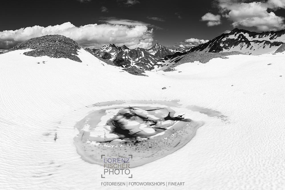 Einer der Jöriseen mit den Plattenhörnern und dem Piz Linard; Flüela, Davos, Kanton Graubünden, Schweiz / <br /> <br />  One of the Jöriseen with the plate horns and the Piz Linard; Flüela, Davos, Canton of Graubünden, Switzerland