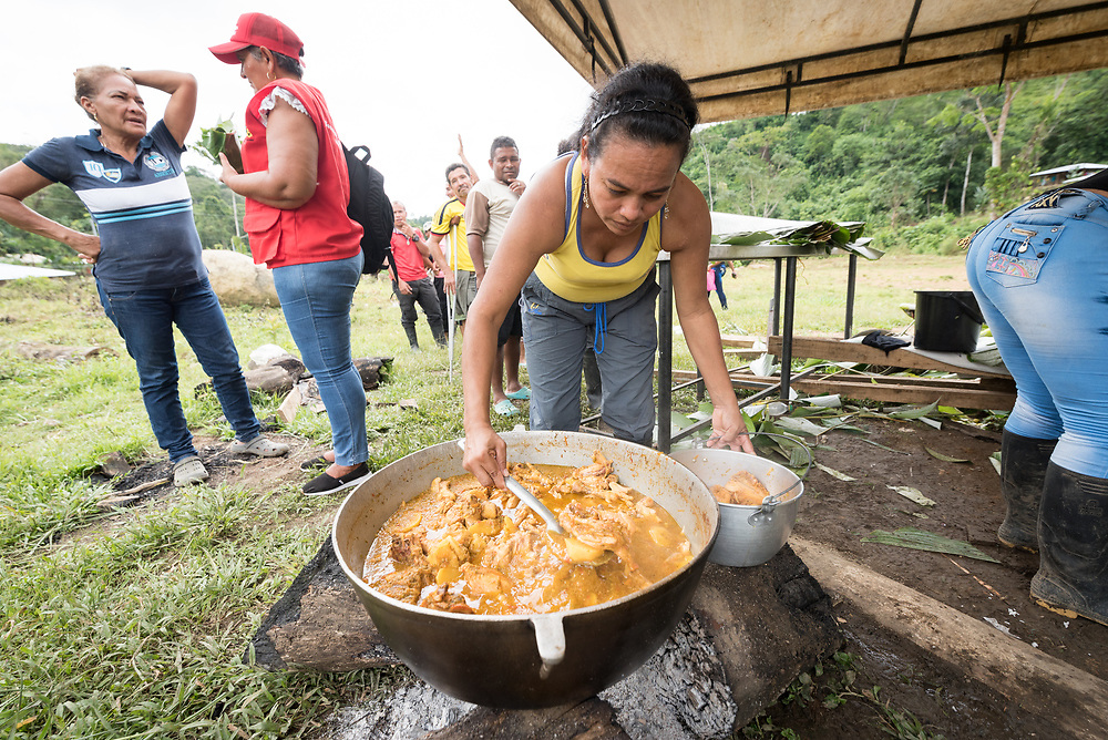 16 November 2018, San José de León, Mutatá, Antioquia, Colombia: Mayerlis prepares a meal of sarapa - rice and chicken wrapped in a Cachibou leaf. Following the 2016 peace treaty between FARC and the Colombian government, a group of ex-combatant families have purchased and now cultivate 36 hectares of land in the territory of San José de León, municipality of Mutatá in Antioquia, Colombia. A group of 27 families first purchased the lot of land in San José de León, moving in from nearby Córdoba to settle alongside the 50-or-so families of farmers already living in the area. Today, 50 ex-combatant families live in the emerging community, which hosts a small restaurant, various committees for community organization and development, and which cultivates the land through agriculture, poultry and fish farming. Though the community has come a long way, many challenges remain on the way towards peace and reconciliation. The two-year-old community, which does not yet have a name of its own, is located in the territory of San José de León in Urabá, northwest Colombia, a strategically important corridor for trade into Central America, with resulting drug trafficking and arms trade still keeping armed groups active in the area. Many ex-combatants face trauma and insecurity, and a lack of fulfilment by the Colombian government in transition of land ownership to FARC members makes the situation delicate. Through the project De la Guerra a la Paz ('From War to Peace'), the Evangelical Lutheran Church of Colombia accompanies three communities in the Antioquia region, offering support both to ex-combatants and to the communities they now live alongside, as they reintegrate into society. Supporting a total of more than 300 families, the project seeks to alleviate the risk of re-victimization, or relapse into violent conflict.