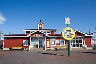 Den faluröda Ishikari Futomi Station, <br /> Närmaste tågstation från svenskbyn Sweden Hills är Ishikari-Futomi som hör till staden Tobetsu. Redan där märks de skandinaviska influenserna av. På stationskaféet Fika säljs det förutom kaffe och kakor, lingonsylt och tebrickor med älgar på. En av väggarna pryds av en stor affisch som lockar med årets midsommarfest i Sweden Hills.