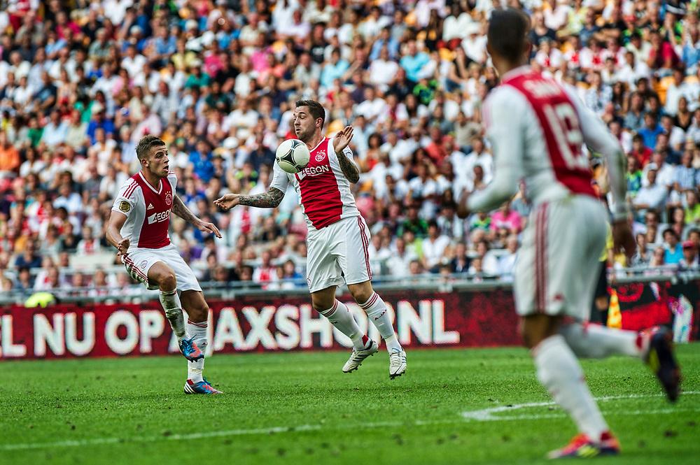 Nederland. Amsterdam, 12-08-2012. Foto: Patrick Post.  Ajax-Az. Eindstand: 2-2. Een niet vrolijke Theo Janssen omdat hij niet in de basis startte maar op de reservebank speelt nog de laatste 10 minuten van de wedstrijd en scoorde bijna nog de winnende treffer. Hier neemt hij de bal aan. Links Toby Alderweireld.