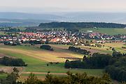 Blick über den Odenwald vom Katzenbuckel auf Waldbrunn, Odenwald, Naturpark Bergstraße-Odenwald, Baden-Württemberg, Deutschland | view from Katzenbuckel over Odenwald ond Waldbrunn, Odenwald, Baden-Wuerttemberg, Germany