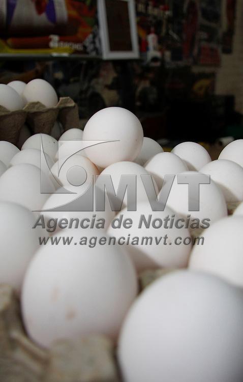 Toluca, México.- De acuerdo con los establecimientos de venta de huevo en la ciudad las ventas de este producto han bajado hasta en un 50 por ciento, la gente prefiere comprar otros productos y esperar a que el precio de los blanquillos baje. Agencia MVT / Crisanta Espinosa