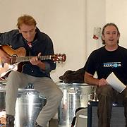 NLD/Amsterdam/20061002 - Perspresentatie musical Oebele, Nol havens en gitarist van VOF de Kunst