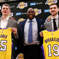 EL SEGUNDO, CA - JUN 26: NBA 2018 draft pick Moritz Wagner #15 of the Los Angeles Lakers and NBA draft pick Sviatoslav Mykhailiuk #19 of the Los Angeles Lakers pose with Magic Johnson during an introductory press conference at the UCLA Health Training Center on June 26, 2018 in El Segundo, California.