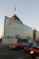 """15 JAN 2002, BERLIN/GERMANY:<br /> Bundesgeschaeftsstelle der CDU, Konrad-Adenauer-Haus, mit dem grossflaechig ueber die gesammte Gebaeudefassade angebrachten Frage """"Wie viele Arbeitslose noch, Herr Schroeder?""""<br /> IMAGE: 20020115-03-005<br /> KEYWORDS: Gebäude, Haus, Bundesgeschäftsstelle, Werbung, promotion, Plakat, bill"""