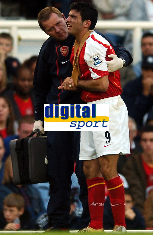 Fotball<br /> Premier League England 2004/2005<br /> Foto: BPI/Digitalsport<br /> NORWAY ONLY<br /> <br /> 30.10.2004<br /> Arsenal v Southampton<br /> <br /> Jose Antonio Reyes winces in pain after hurting his left wrist