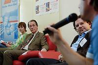 17 AUG 2005, DRESDEN/GERMANY:<br /> Franz Muentefering, SPD Parteivorsitzender, diskutiert mit Mitgliedern von Initiativen ueber Rechtsradikale in Ostdeutschland<br /> IMAGE: 20050817-01-017<br /> KEYWORDS: Franz Müntefering