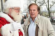 Koningin Maxima is aanwezig bij de BZT Kerstshow in Carre Amsterdam. De BZT Band XXL is compleet! Tien muzikale groepen, met elk een eigen 'sound', treden aanstaande op in een vol Carré op het Kerst Muziekgala 2016 als onderdeel van Meer muziek in de klas.<br /> <br /> Queen Maxima attends the BZT Christmas Show in Amsterdam Carre. The BZT Band XXL is complete! Ten musical groups, each with its own 'sound', stairs leading into a full Carré in Christmas music gala 2016 as part of more music in class.<br /> <br /> Op de foto / On the photo: <br /> <br />  Ivo Niehe met de kerstman