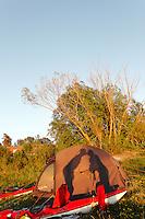 Shadow on tent of a kissing couple - skygge på teltduken av et par som kysser