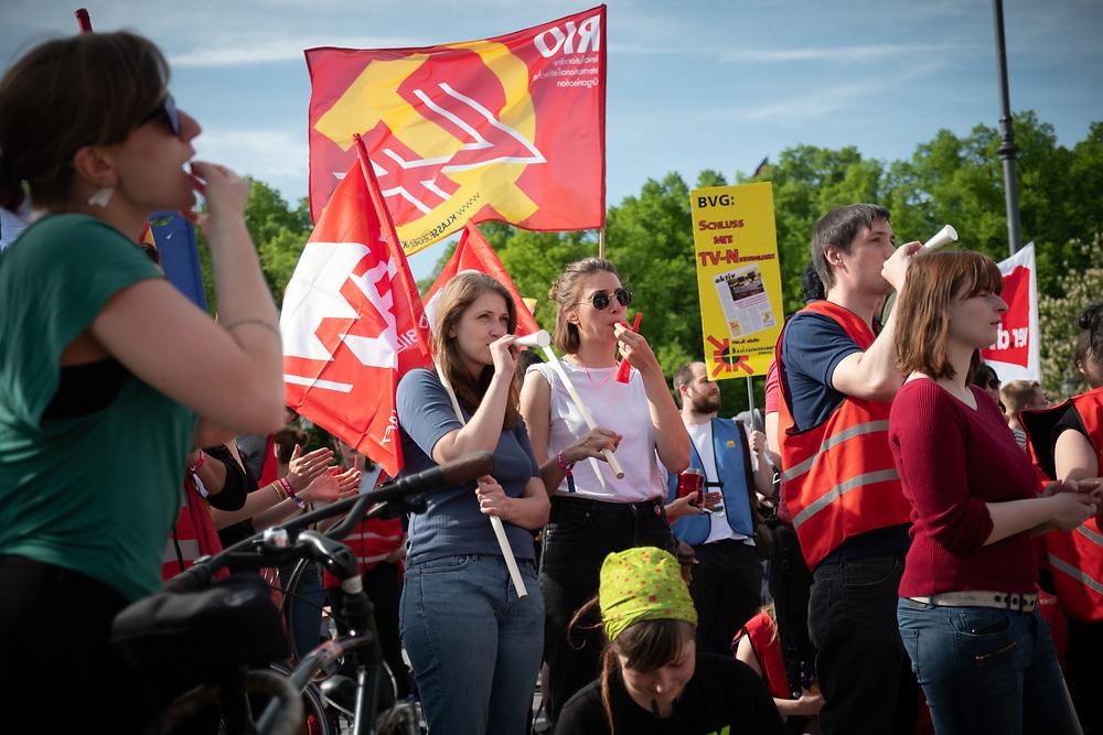 Warnstreik-Demonstration der studentischen Beschäftigten. Mehrere hundert studentisch Beschäftige der Berliner Hochschulen protestieren für einen Tarifvertrag. Die Demonstranten fordern nach 17 Jahren Lohnstillstand eine bessere Bezahlung, eine finanzielle Absicherung im Krankheitsfall und eine Kopplung der Lohnentwicklung an die der anderen Hochschulbeschäftigten. <br /> <br /> [© Christian Mang - Veroeffentlichung nur gg. Honorar (zzgl. MwSt.), Urhebervermerk und Beleg. Nur für redaktionelle Nutzung - Publication only with licence fee payment, copyright notice and voucher copy. For editorial use only - No model release. No property release. Kontakt: mail@christianmang.com.]
