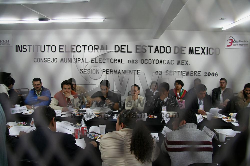 Ocoyoacac, Mex.- Aspectos de las elecciones extraordinarias en el municipio de Ocoyoacac para elegir presidente municipal, la jornada electoral transcurre sin incidentes, mientras que integrantes de la junta municipal del IEEM, sesiona de manera permanente hasta el cierre de las casillas. Agencia MVT / Luis Enrique Hernandez V. (DIGITAL)<br /> <br /> <br /> <br /> NO ARCHIVAR - NO ARCHIVE