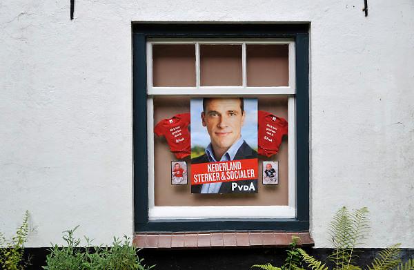 Nederland, Ubbergen, 5-9-2012Verkiezingen voor de tweede kamer. Tegen het raam van een huis is het affiche met Diederik Samsom en twee rompertjes voor babies met de mededeling: als ik groot ben stem ik pvda,  geplakt.Netherlands, general elections.Foto: Flip Franssen/Hollandse Hoogte