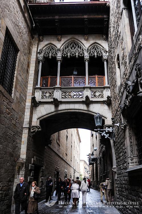 Spain, Barcelona. The Barri Gòtic or Gothic Quarter. Palau de la Generalitat de Catalunya. Bridge over the Carrer del Bisbe.