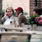 NLD/Laren/20070914 - Verslaggever Rutger Castricum van GeenStijl op een terras in Laren