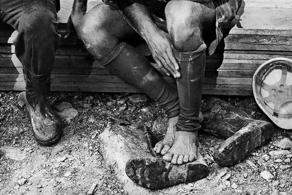Brazil, lourenco, amapa.<br /> <br /> Exploitation aurifere en activite depuis 15 ans. La surface du sol a ete rongee. Il ne reste que 500 garimpeiros sur les 10 000 mineurs que comptait le site a son apogee.<br /> Apres avoir epuise les ressources auriferes en surface, les mineurs ont attaque le sous-sol et exploite un tunnel amenage sur 20 Km. <br /> Les rendements diminuant, aujourd'hui, les rescapes de lourenco creusent des puits a ciel ouvert. Accroches a des cordages improvises, charges de 2 bouteilles de gaz et armes d'une paire de lance-flamme artisanaux, ils descendent dans des boyaux a plus de 100 m sous terre, arracher l'or sous ce qu'il reste des montagnes.