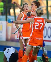 ROSARIO - Vreugde bij Oranje nadat Kim Lammers (L) even voor tijd de stand op 2-2 heeft gebracht, zondag  tijdens de poulewedstrijd bij de World Cup 2010 vrouwen hockey tussen Nederland en Duitsland in het Argentijnse Rosario. Naomi van As en Marilyn Agliotti feesten mee.