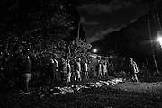 Après l'enterrement, la première coutume de retour est prononcée par les représentants du clan du défunt pour solliciter l'aide des clans alliés du père pour constituer et assembler le don qui sera fait  au clan maternel lors d'une grande cérémonie coutumière.  - Tribu de Tendo - Hienghène - Nouvelle Calédonie - Aout 2013