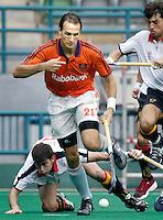 WK Hockey (mannen). Nederland-Spanje (1-1). Karel Klaver, de maker van het Nederlandse doelpunt,  passeert de Spanjaarden Jaime Perez (l) en Albert Sala.