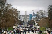 Frankrijk, Parijs, 28-3-2010vanuit de tuin van het Louvre, de tuileries, heeft men uitzicht op de obelisk en arc de triomphe.Foto: Flip Franssen/Hollandse Hoogte
