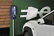 Nederland, Hilversum, 7-8-2020 Parkeerplaats voor elektrische autos in een parkeergarage. Een auto staat met de stekker aan het stopcontact .Foto: ANP/ Hollandse Hoogte/ Flip Franssen