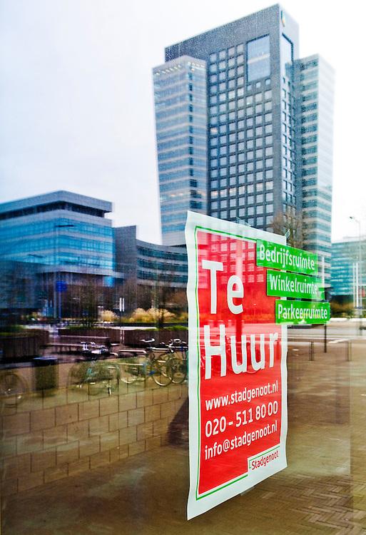 Nederland, Amsterdam, 11 dec 2010.Er staat veel te huur op de Zuidas, de nieuwe kantorenwijk in amsterdam zuid.   Gebouwen reflecteren in het glas.Foto (c)  Michiel Wijnbergh