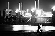 Man vist in het donker bij de Deltawerken , Zeeland