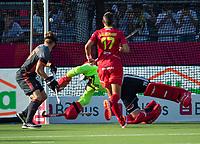 ANTWERPEN - Spanje komt op 0-2  tijdens halve finale  mannen, Nederland-Spanje,  bij het Europees kampioenschap hockey. keeper Pirmin Blaak (Ned)  duikt tevergeefs. links Mink van der Weerden (Ned)  COPYRIGHT KOEN SUYK