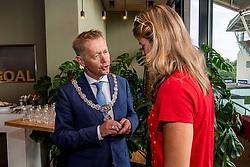 16-08-2017 NED: Huldiging Dafne Schippers bij FC Utrecht, Utrecht<br /> Dafne Schippers werd in stadion Nieuw Galgenwaard gehuldigd en kreeg de gouden Domtoren opgespeld door loco Burgermeester Kees Diepeveen