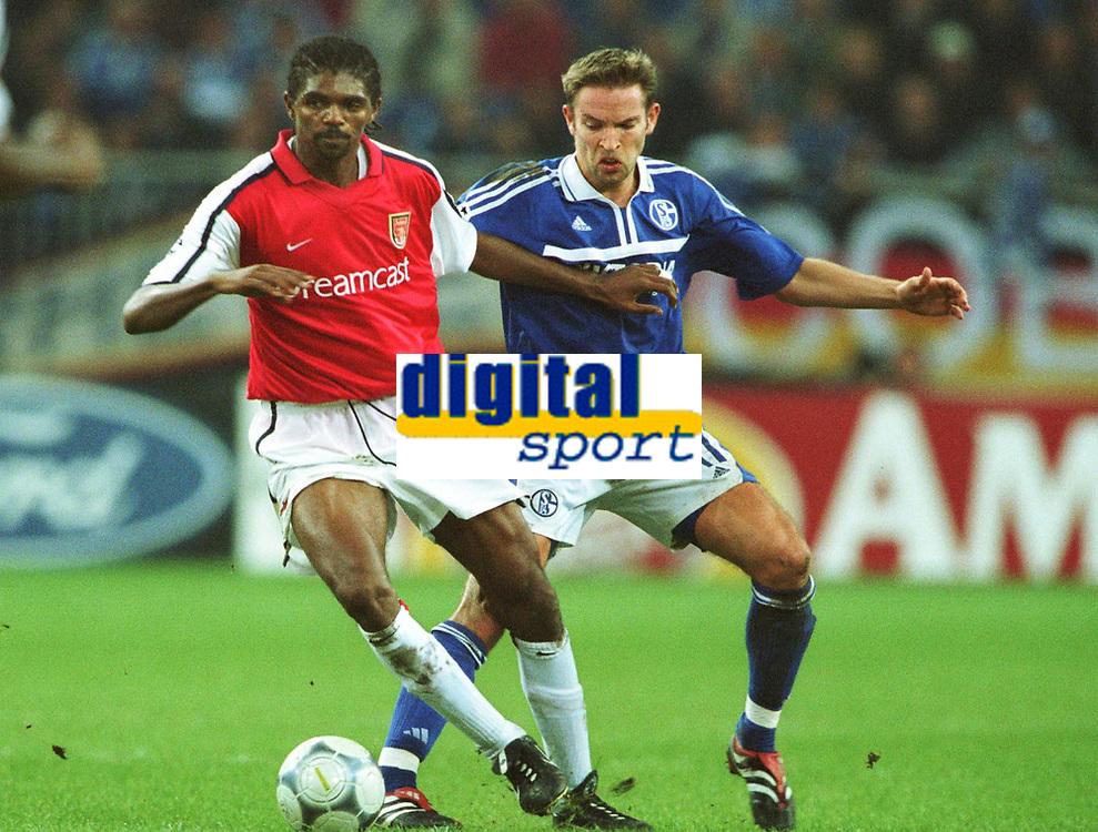 Fotball: Nwankwo KANU, Arsenal (tv) og Sven VERMANT  Schalke.            <br />Champions League  FC Schalke 04 - Arsenal London 3:1.<br /><br />Foto: Uwe Speck, Digitalsport