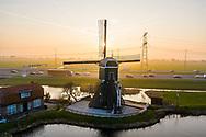 Nederland, Vinkeveen, 20190322<br /> Oud windmolentje langs de Angstel, riviertje tussen Nieuwersluis en Vinkeveen. Het landschap wordt doorsneden door de 10 baans snelweg A2 Utrecht-Amsterdam<br /> <br /> Foto (c) Michiel Wijnbergh