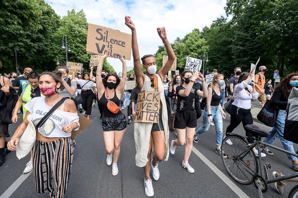 "04 JUL 2020, BERLIN/GERMANY:<br /> Junge Frauen demonstrieren mit Plakaten ""Black Lives Matter"", Silence is Voilence"", Demonstration gegen Rassismus unter dem Motto ""Black Lives Matter"" auf der Strasse des 17. Juni<br /> IMAGE: 20200704-01-030<br /> KEYWORDS: Demonstraten, Demonstrant, Demonstratin, Demo, Protest, protester, Protesters, PoC"