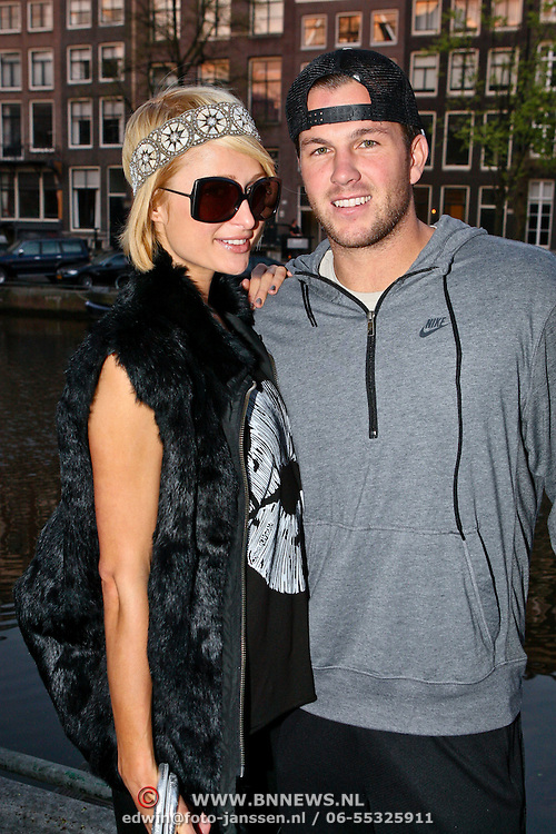 NLD/Amsterdam/20090413 - Paris Hilton and partner Doug Reinhardt posing at an Amsterdam canal before going to eat, she's in Amsterdam for an privat party with her new boyfriend and staying in an non Hilton hotel