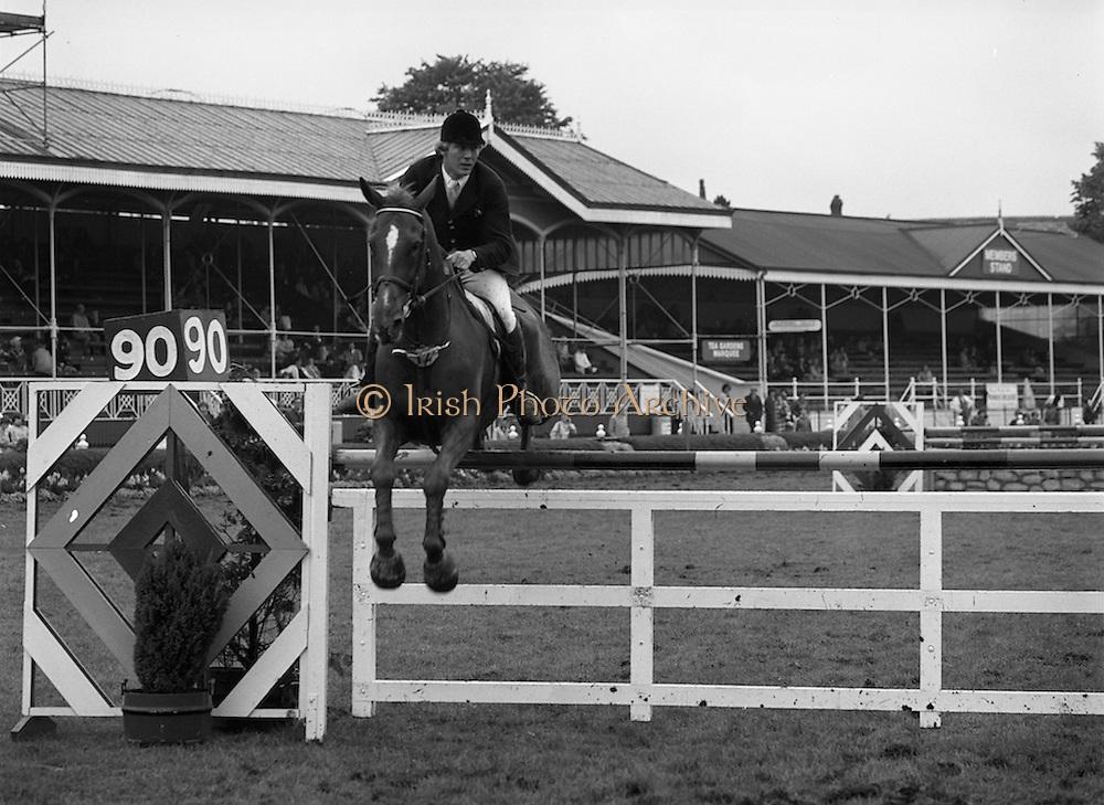 "07/08/1980<br /> 08/07/1980<br /> 07 August 1980<br /> R.D.S. Horse Show: John Player Top Score Competition, Ballsbridge, Dublin. Eddie Macken (Ireland) on ""Carroll's Spotlight""."