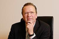 20 JAN 2006, BERLIN/GERMANY:<br /> Dr. Rainer Wend, MdB, SPD, Vorsitzender des Ausschusses fuer Wirtschaft und Arbeit des Deutschen Bundestages, an seinem Schreibtisch,  in seinem Buero, Jakob-Kaiser-Haus, Deutscher Bundestag <br /> IMAGE: 20060120-01-006