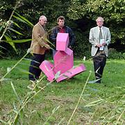 Kunstenaar Cees Janssen en wethouder Wim Vrieze en Frans van der Kolk bij zijn beeld in het park Huizen