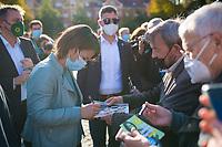 Potsdam, 31.08.2021: Wahlkampfveranstaltung von BÜNDNIS 90/DIE GRÜNEN mit der Grünen-Kanzlerkandidatin Annalena Baerbock auf dem Bassinplatz. Hier gibt sie einem Mann ein Autogramm auf einer Fernsehzeitschrift. Die Kanzlerkandidatin beantwortete im Rahmen des Townhall-Dialogformats Fragen von Bürgerinnen und Bürgern.