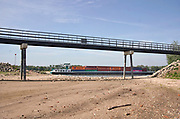 Nederland, Slijk-Ewijk, 26-5-2020 De opening, inlaat in de zomerdijk van de loenensche buitenpolder in de betuwe staat droog omdat het water in de waal langzaam zakt vanwege de aanhoudende droogte in haar stroomgebied. Een binnenvaartschip komt voorbij  Het natuurgebied is in de uiterwaarden is aangelegd in het kader van ruimte voor de rivier, maar staat nu bijna droog . Langzaam daalt het peil van het water in de rivier In de herfst van 2018 stond de stand bij Lobith op 6,55 meter boven nap, een laagwater record die veel overlast voor de binnenvaart opleverde .. . Die is nu nog 7,80 meter .Foto: Flip Franssen