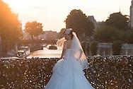France. Paris. Archeveche bridge the Seine river Paris / pont de l'archeveche, couple de chinois pose pour de photos