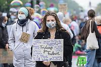 25 SEP 2020, BERLIN/GERMANY:<br /> Junge Frau mit Schild, Fridays for Future Demonstration fuer Massnahmen gegen den Klimawandel, Brandenburger Tor, Strasse des 17. Juni<br /> IMAGE: 20200925-01-010<br /> KEYWORDS: Protest, Demonstrant, Demonstranten, Demonstratin, Schueler, Schüler, Klimakatastrophe, FFF, Mundschutz, Mund-Nase-Schutz, Abstand