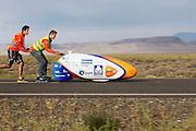 De VeloX4 is van start voor de kwalificaties. Het Human Power Team Delft en Amsterdam (HPT), dat bestaat uit studenten van de TU Delft en de VU Amsterdam, is in Amerika om te proberen het record snelfietsen te verbreken. Momenteel zijn zij recordhouder, in 2013 reed Sebastiaan Bowier 133,78 km/h in de VeloX3. In Battle Mountain (Nevada) wordt ieder jaar de World Human Powered Speed Challenge gehouden. Tijdens deze wedstrijd wordt geprobeerd zo hard mogelijk te fietsen op pure menskracht. Ze halen snelheden tot 133 km/h. De deelnemers bestaan zowel uit teams van universiteiten als uit hobbyisten. Met de gestroomlijnde fietsen willen ze laten zien wat mogelijk is met menskracht. De speciale ligfietsen kunnen gezien worden als de Formule 1 van het fietsen. De kennis die wordt opgedaan wordt ook gebruikt om duurzaam vervoer verder te ontwikkelen.<br /> <br /> The Human Power Team Delft and Amsterdam, a team by students of the TU Delft and the VU Amsterdam, is in America to set a new  world record speed cycling. I 2013 the team broke the record, Sebastiaan Bowier rode 133,78 km/h (83,13 mph) with the VeloX3. In Battle Mountain (Nevada) each year the World Human Powered Speed ??Challenge is held. During this race they try to ride on pure manpower as hard as possible. Speeds up to 133 km/h are reached. The participants consist of both teams from universities and from hobbyists. With the sleek bikes they want to show what is possible with human power. The special recumbent bicycles can be seen as the Formula 1 of the bicycle. The knowledge gained is also used to develop sustainable transport.