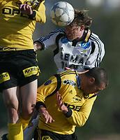 Fotball, La Manga, Spania. 26. februar 2002. Lillestrøm - Rosenborg 1-0. Ørjan Berg, Rosenborg, vinner en duell med  Clayton Zane, Lillestrøm.