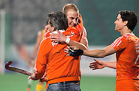 NEW DELHI -   Vreugde bij Bondscoach Paul van Ass, Billy Bakker (m) en Wouter Jolie na de halve finale  van de Hockey World League finaleronde tussen de mannen van Nederland en Australie (4-3) . Nederland bereikt de finale tegen Nieuw-Zeeland. ANP KOEN SUYK