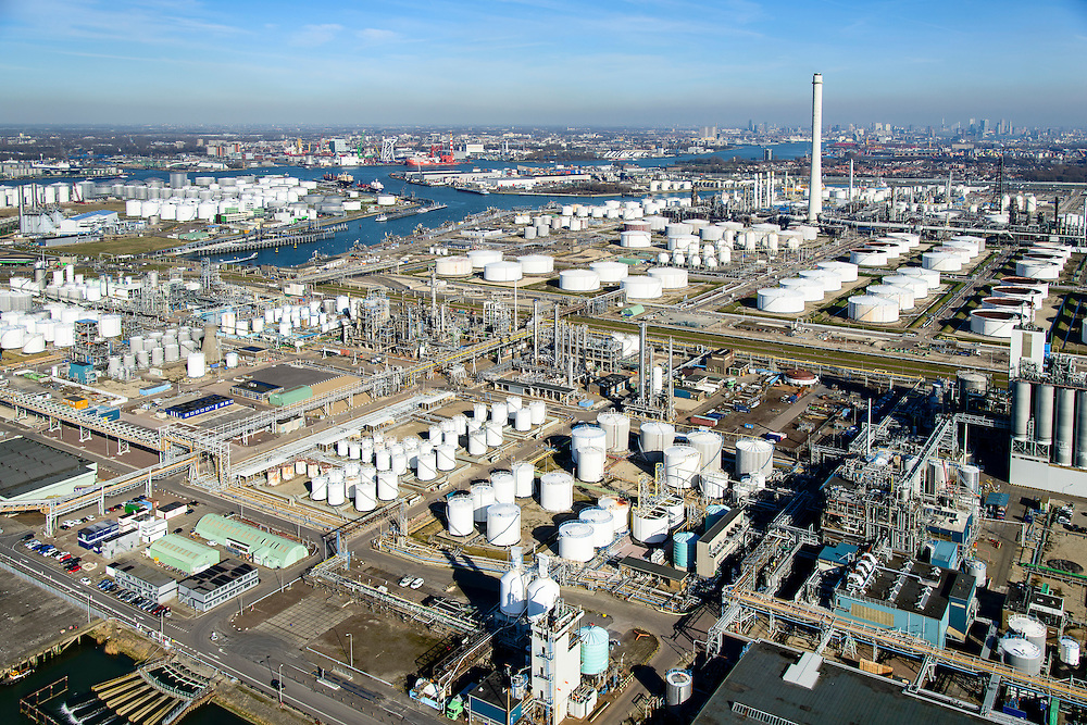 Nederland, Zuid-Holland, Rotterdam, 18-02-2015. Vondelingenplaat, Shell Pernis, de grootste raffinaderij van Europa. Op het terrein bevinden zich ook chemische fabrieken. Tweede Petroleumhaven. <br /> Shell Pernis, the largest refinery in Europe, the site includes several chemical plants.<br /> luchtfoto (toeslag op standard tarieven);<br /> aerial photo (additional fee required);<br /> copyright foto/photo Siebe Swart